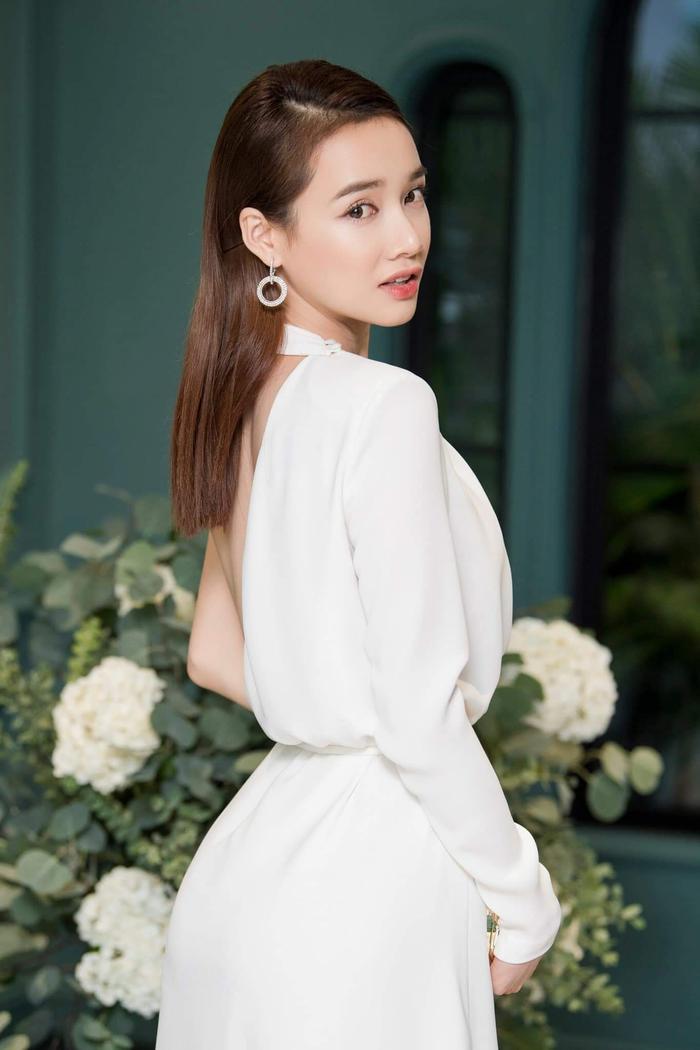 Nhã Phương là người đẹp đứng vị trí thứ 2, cô chọn cho mình bộ váy trắng nhẹ nhàng, dún eo thanh tao, nhã nhặn.