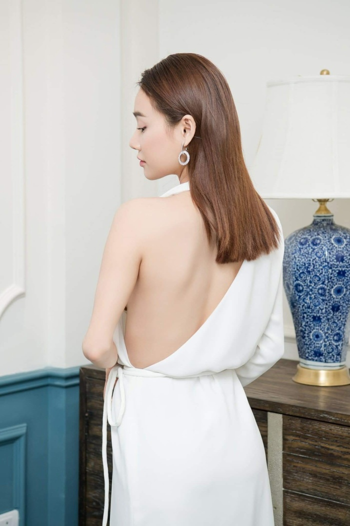 Thế nhưng thiết kế cắt xẻ cực kỳ táo bạo phần lưng bên kia đã thay đổi hết suy nghĩ về bộ váy. Gây ra sự tò mò, ngạc nhiên là những gì trang phục đã làm được với hình ảnh của Nhã Phương.