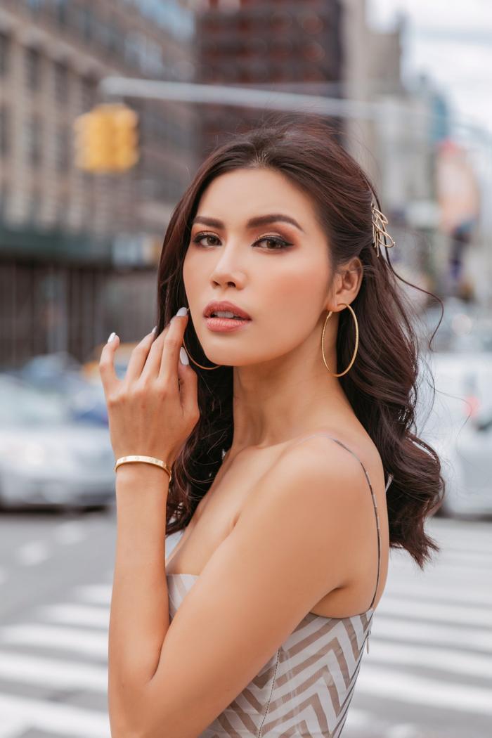 Khoe thần thái 'siêu mẫu châu Á' tại New York, Minh Tú bẽn lẽn bất ngờ vì được trai Tây 'xin số'?