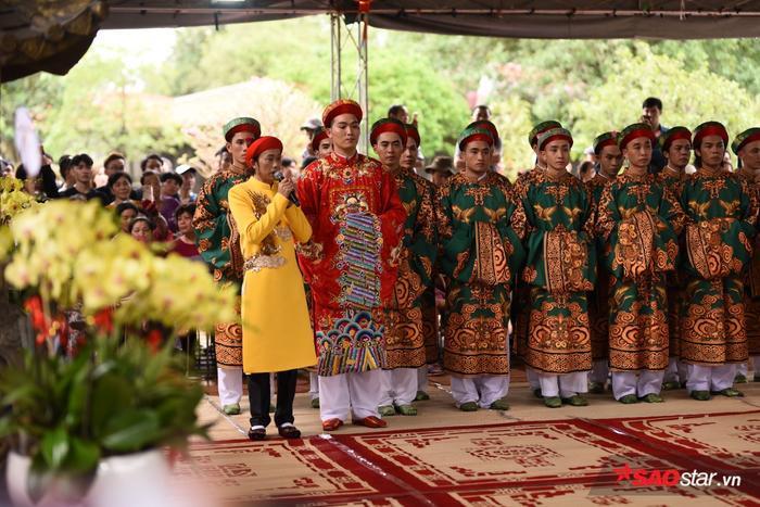 Hình ảnh Hoài Linh trong suốt buổi lễ.
