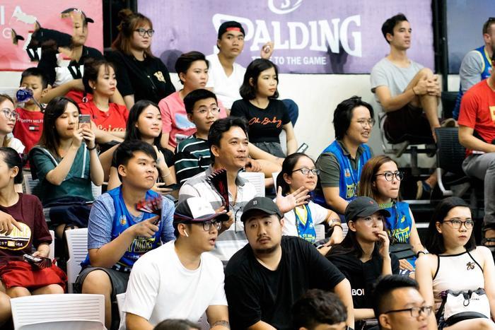Khán giả theo dõi một trận bóng rổ giữa Hochiminh City Wings và Saigon Heat.