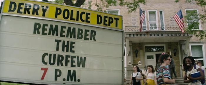 Trong bộ phim, giờ giới nghiêm của thị trấn là 7 giờ tối