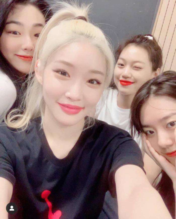 Đáng chú ý là sự xuất hiện của 3 thành viên: Mina, Sohye và Doyeon.