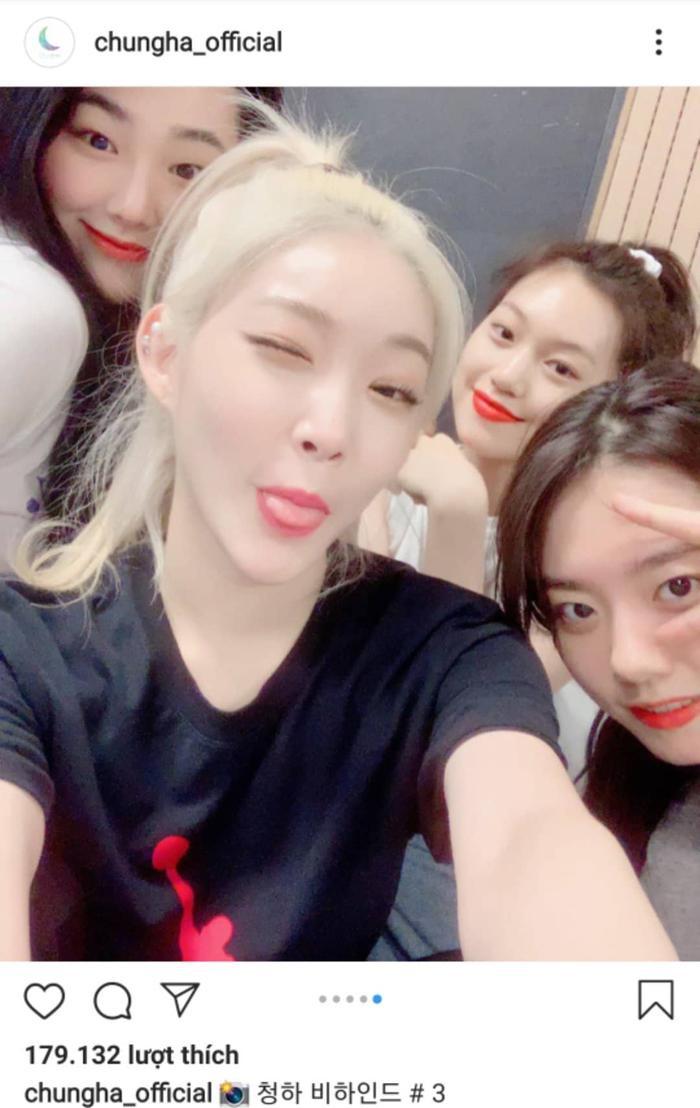Người hâm mộ rất tò mò không biết ngoài Chungha, Sohye, Doyeon và Mina thì còn thành viên nào đang trong quá trình thực hiện sản phẩm mới.