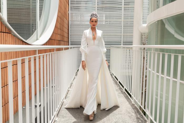 HHen Niê hẹn hò 50 chị em Miss Universe 2018, hứa diện váy xoàng đi Final Walk đỡ tốn tiền ảnh 1