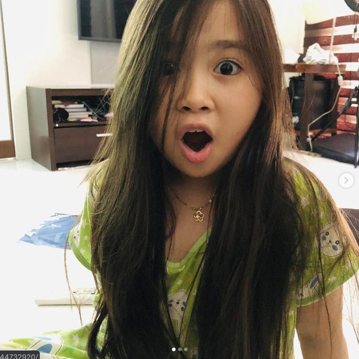 Nhan sắc hiện tại gây ngỡ ngàng của bé gái đáng yêu đến nỗi từng được đại gia Dubai mời sang sinh sống, bao ăn ở ảnh 14