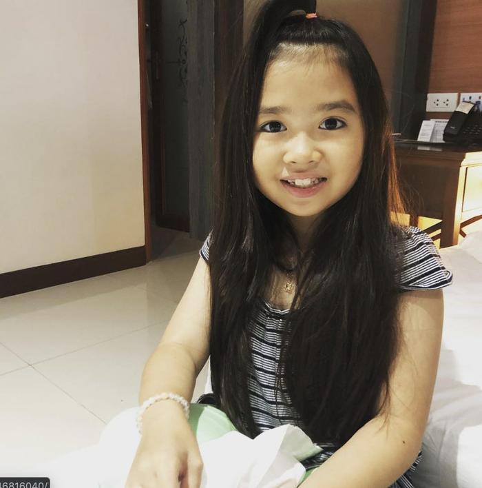 Nhan sắc hiện tại gây ngỡ ngàng của bé gái đáng yêu đến nỗi từng được đại gia Dubai mời sang sinh sống, bao ăn ở ảnh 13
