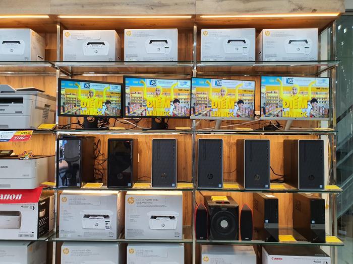 Không chỉ vậy, các cửa hàng này đều kinh doanh thêm các sản phẩm PC lắp sẵn có giá từ 12 đến 14 triệu đồng và một số phục kiện dành cho laptop.
