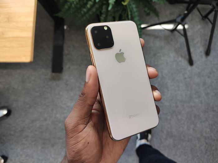 iPhone 11 sẽ được trang bị công nghệ sạc không dây ngược cho phép người dùng sử dụng iPhone để sạc tai nghe AirPods. (Ảnh:Marques Brownlee)