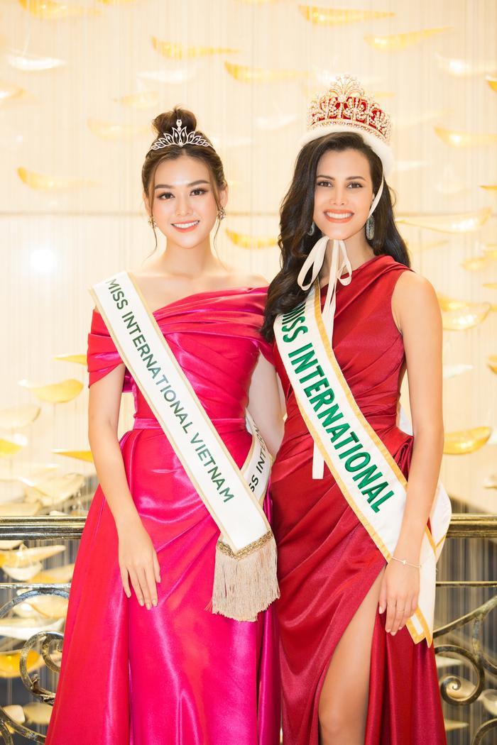 """Tường San """"chiếm spotlight"""" khi được đương kim Hoa hậu Quốc tế trao sash Miss International Vietnam 2019."""