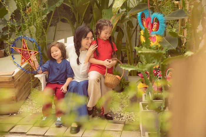 Elly Trần chia sẻ rằng cô thấy ấm áp khi được nhiều người khen, bảo kiếp trước chắc đã tu tập rất chăm chỉ nên kiếp này mới được làm mẹ của 2 thiên thần nhỏ