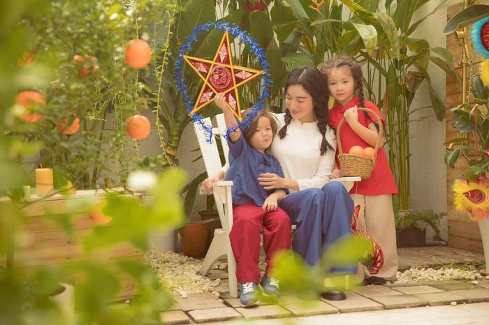 Elly Trần tung bộ ảnh đón Trung Thu đẹp như mơ bên 2 thiên thần nhỏ ảnh 0