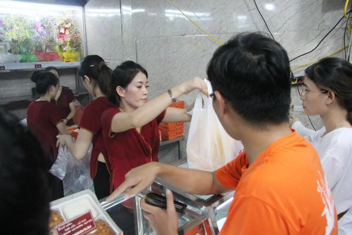 Chủ cửa hàng cho biết, số lượng bánh Trung thu sản xuất đến đâu bán hết tới đó, nhân viên phục vụ toát mồ hôi.