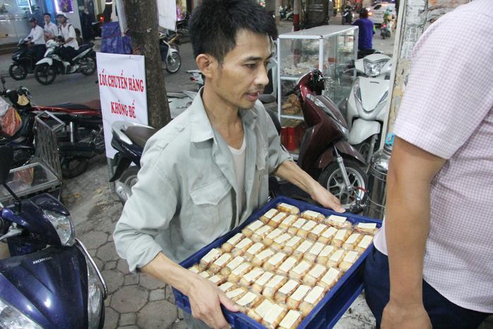 Hàng chục nhân viên bưng bê bánh mỏi tay.