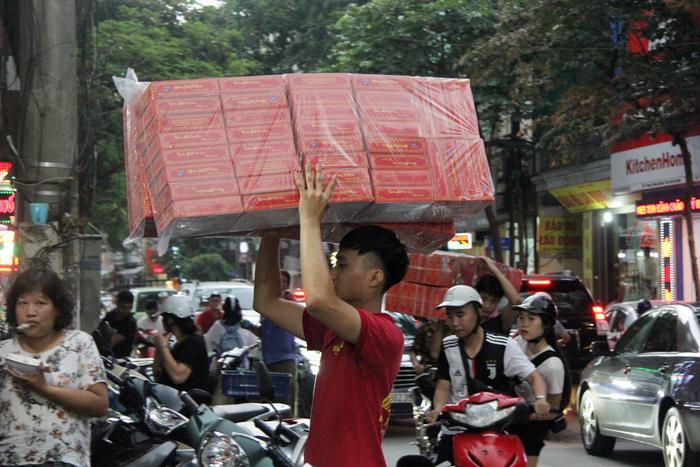 Nhân viên mang hộp bánh hoạt động tấp nập, hết công suất từ sáng tới đêm.