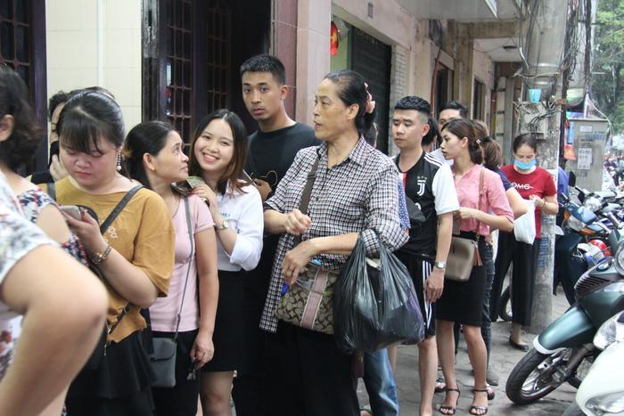Mỗi người dân phải xếp hàng từ 20-30 phút mới đến lượt mua. Số lượng người mua tăng đột biến khiến giao thông đi lại của tuyến phố Thụy Khuê tắc vào giờ cao điểm. Thế nhưng nhiều người vẫn vui vẻ chờ đợi đến lượt.