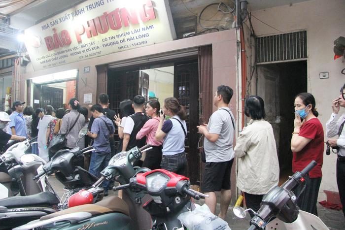 Chiều 9/9, (tức chỉ còn 4 ngày nữa đến Tết Trung thu, Rằm tháng tám âm lịch) rất đông người dân Hà Nội rồng rắn xếp hàng chờ mua bánh Trung thu Bảo Phương khiến tuyến đường Thụy Khuê, quận Tây Hồ, Hà Nội luôn nhộn nhịp.