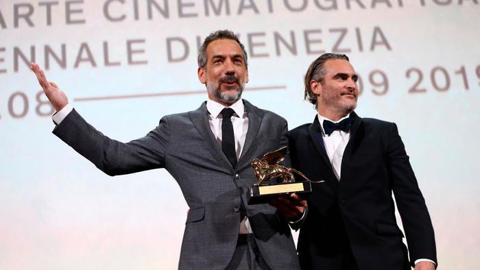 Đạo diễn Todd Phillips và nam diễn viên Joaquin Phoenix nhận giải Sư tử vàng cho Joker.