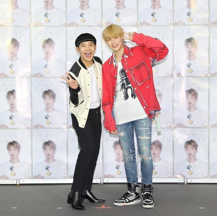 Biểu cảm phấn khích của MC fan meeting khi xem Kang Daniel nhảy đang được fan chia sẻ rất nhiều.