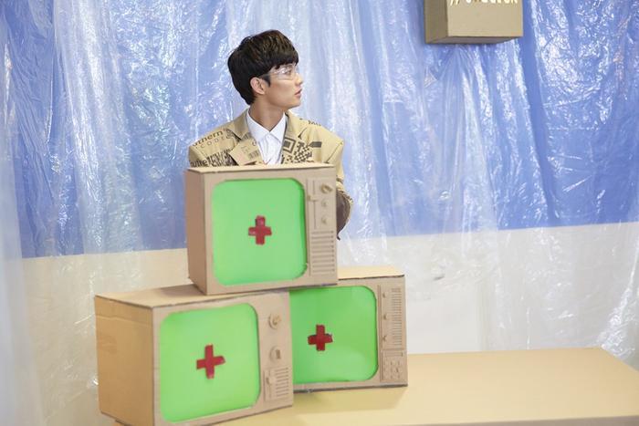 Đặc biệt, trong MV tất cả set quay, dụng cụ đều được làm bìa carton, trang phục cũng được thiết kế riêng cùng tông màu với carton, bối cảnh cho đến các vật dụng trong MV đều được thiết kế bằng tay, cho thấy sự sáng tạo, chỉnh chu của ekip trong sản phẩm lần này.