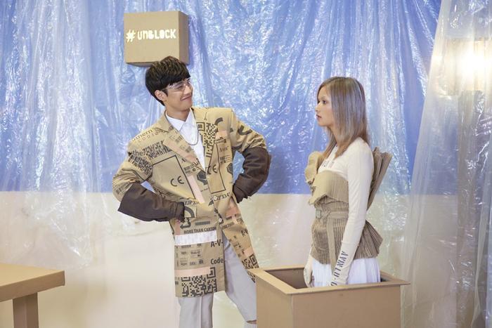 Hình ảnh của một chàng trai đem lòng yêu thương cô nàng robot, cùng trải qua những giây phút hạnh phúc, đón nhận niềm vui khiến người xem liên tưởng đến những câu chuyện tình lãng mạn trong những bộ phim Hàn Quốc.