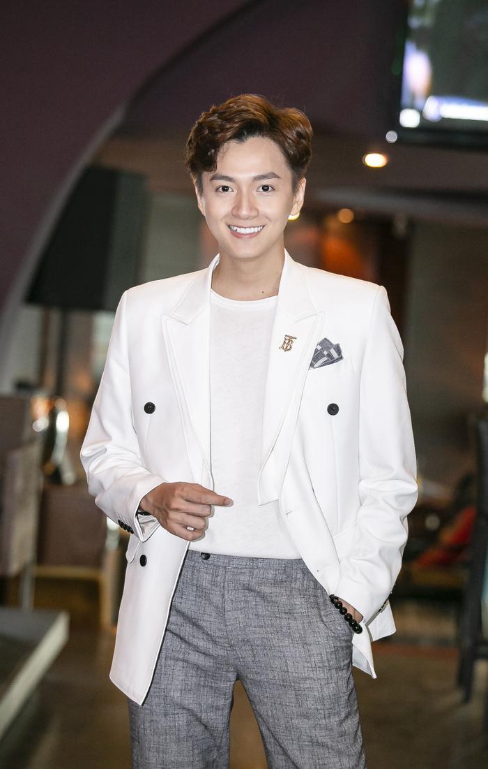 Ngô Kiến Huy bảnh bao, điển trai trong buổi họp báo ra mắt MV Truyền Thái Y tại Hà Nội.