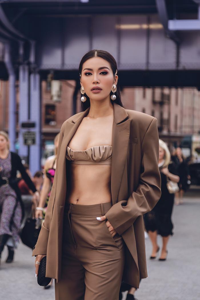 Minh Tú diện áo bra cách điệu khoe vòng 1 nóng bỏng tại New York Fashion Week ảnh 0 Minh Tú diện áo bra cách điệu khoe vòng 1 nóng bỏng tại New York Fashion Week