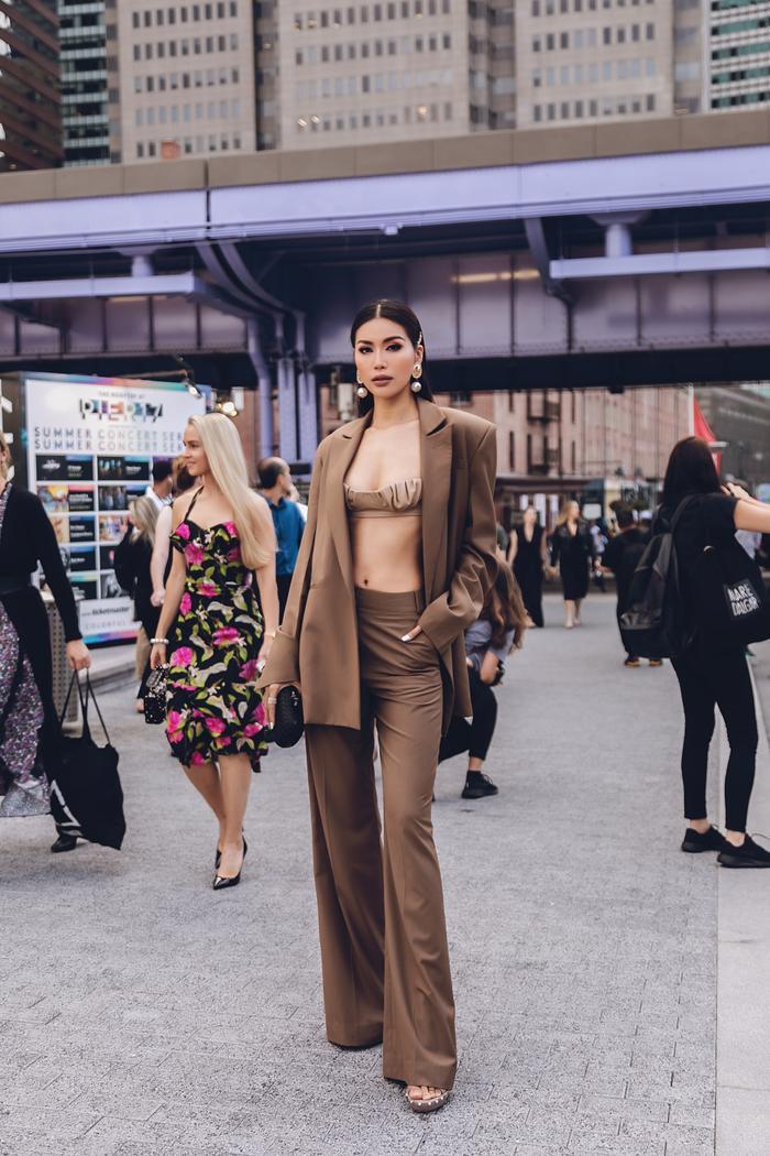 Minh Tú diện áo bra cách điệu khoe vòng 1 nóng bỏng tại New York Fashion Week ảnh 2 Minh Tú diện áo bra cách điệu khoe vòng 1 nóng bỏng tại New York Fashion Week