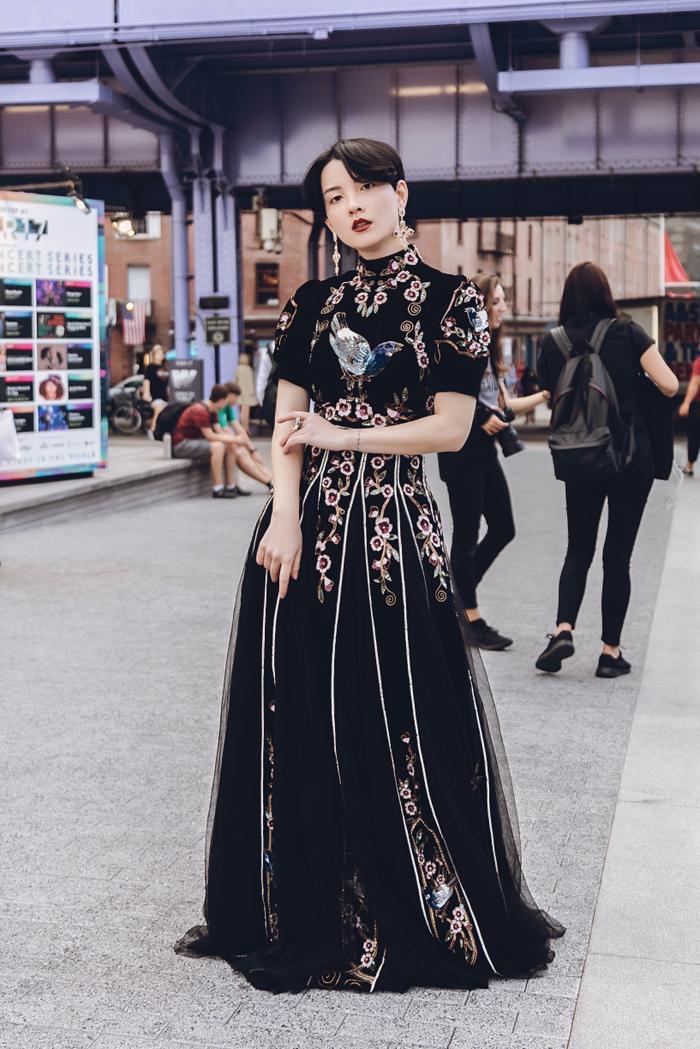 Hot girl Hồng Xuân lựa chọn trang phục của NTK trẻ Hồ Hoàng Ca Dao cho show của Jason Wu. Minh Tú diện áo bra cách điệu khoe vòng 1 nóng bỏng tại New York Fashion Week