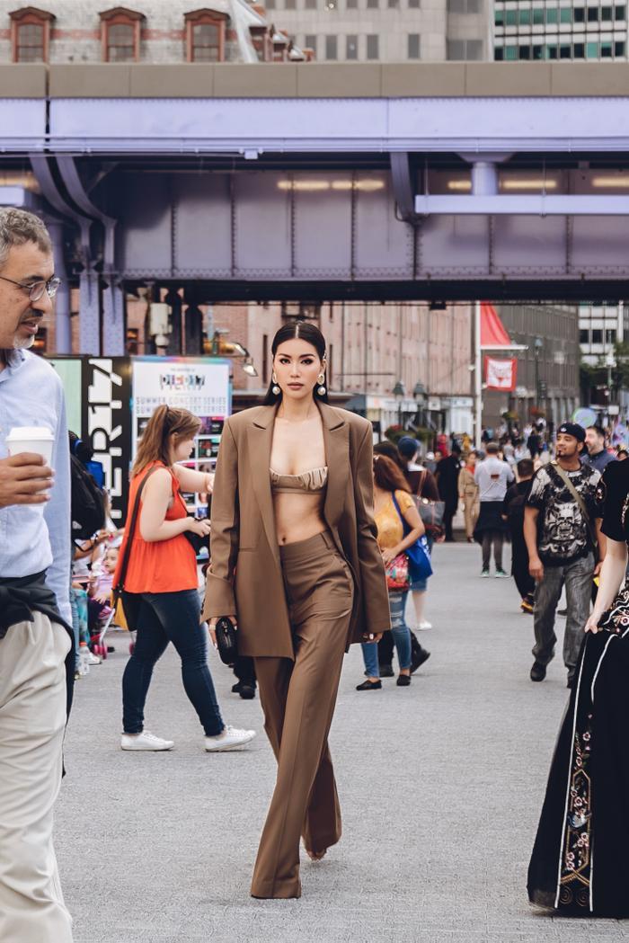 Minh Tú diện áo bra cách điệu khoe vòng 1 nóng bỏng tại New York Fashion Week ảnh 4 Minh Tú diện áo bra cách điệu khoe vòng 1 nóng bỏng tại New York Fashion Week