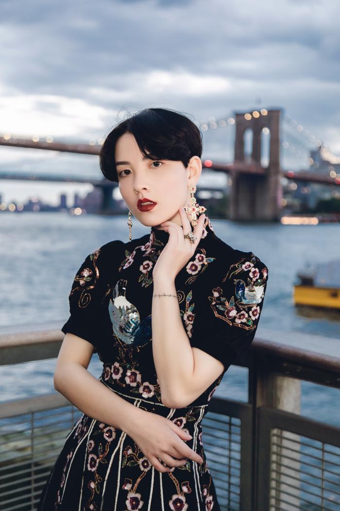 Minh Tú diện áo bra cách điệu khoe vòng 1 nóng bỏng tại New York Fashion Week ảnh 10 Minh Tú diện áo bra cách điệu khoe vòng 1 nóng bỏng tại New York Fashion Week