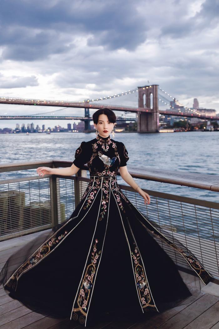 Minh Tú diện áo bra cách điệu khoe vòng 1 nóng bỏng tại New York Fashion Week ảnh 11 Minh Tú diện áo bra cách điệu khoe vòng 1 nóng bỏng tại New York Fashion Week