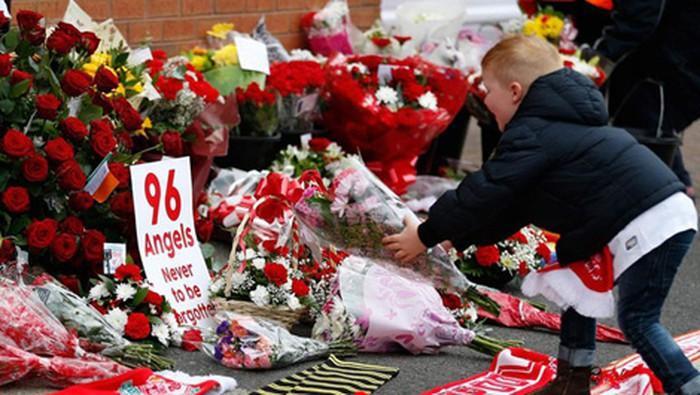 Những bông hoa tưởng niệm 96 nạn nhân xấu số ở sân Hillsborough, Anh Quốc.