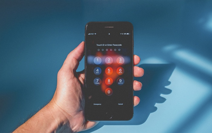 Apple khẳng định sẽ tiếp tục phát triển Touch IDchứ không bị loại bỏ hoàn toàn công nghệ này như nhiều tin đồn trước đây. (Ảnh:NeonBrand/Unsplash)