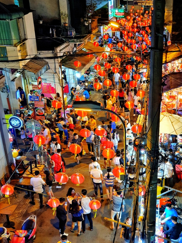 Ngoài tuyến đường chính là Lương Nhữ Học, phố lồng đèn năm 2019 còn mở rộng thêm sang các đường Trần Hưng Đạo, Phú Đinh, Nguyễn Trãi, Nguyễn Án do nhu cầu tăng cao, nhưng tập trung đông nhất vẫn là ở phố Lương Nhữ Học.