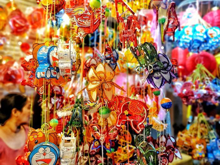 Lồng đèn rực rỡ tại phố lồng đèn Lương Nhữ Học, Quận 5.