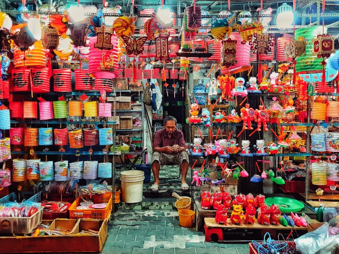 Có hơn 100 cửa hàng bán lồng đèn ở khu phố này, chủ cửa hàng gồm người Hoa lẫn người Việt, có nơi bán lồng đèn được chính gia đình làm thủ công, nơi khác thì nhập hàng về bán, mức giá trung bình dao động từ 50.000 đồng đến vài trăm ngàn đồng, đáp ứng được nhu cầu của khách mua hàng.