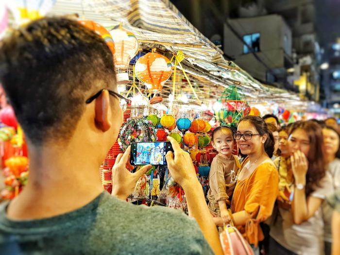 Khách tham quan có thể đến đây chụp hình tự do ngoài việc mua lồng đèn.