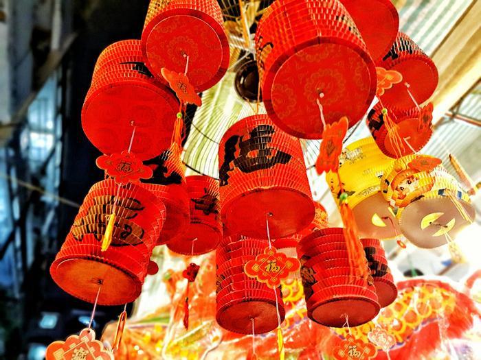Ngoài lồng đèn giấy kính theo kiểu truyền thống, phố lồng đèn Sài Gòn còn kinh doanh lồng đèn chạy pin, các loại đồ chơi hiện đại, lồng đèn Hội An, theo kiểu Trung Quốc, Nhật Bản,… rất đa dạng mẫu mã giúp khách hàng có thể tự do lựa chọn với đủ mức giá khác nhau.