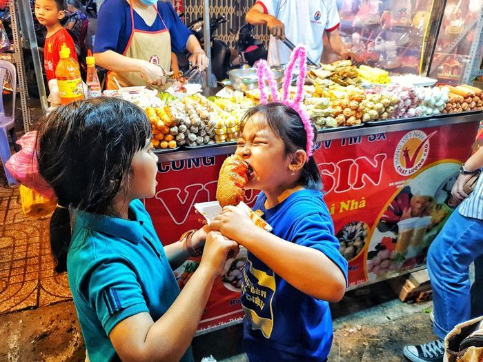 Phố lồng đèn ở Sài Gòn chật kín người đổ về check-in trước thềm Trung Thu ảnh 20