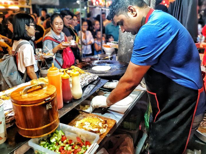 Ở cuối đường là khu ẩm thực với các món ăn truyền thống của người Hoa tại Sài Gòn hay những món ăn từ nước ngoài được chính các đầu bếp đến từ Ấn Độ, Indonesia,… thu hút sự chú ý của người đi đường.