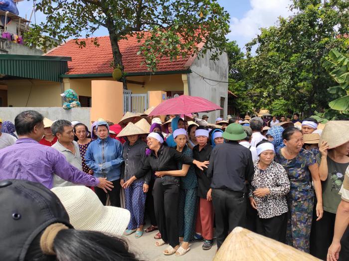 Hàng trăm người dân đưa tiễn các nạn nhân xấu số.