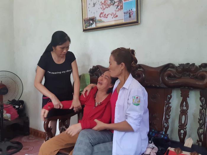 Mẹ chị Nhung gào khóc khi nghe tin con và cháu gái gặp nạn.
