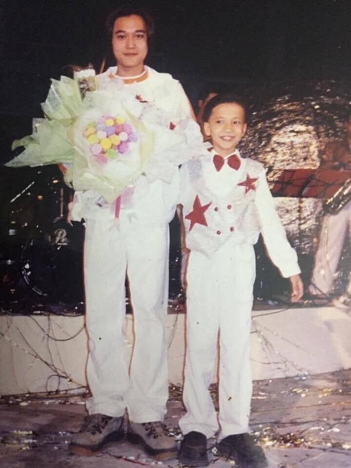Nam ca sĩ Quang Vinh S.T Sơn Thạch thời đi học, chụp chung cùng Đan Trường, Mỹ Tâm, Quang Vinh…
