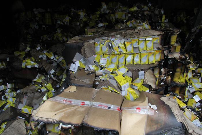 Nhiều bóng đèn bị hỏng sau vụ cháy.