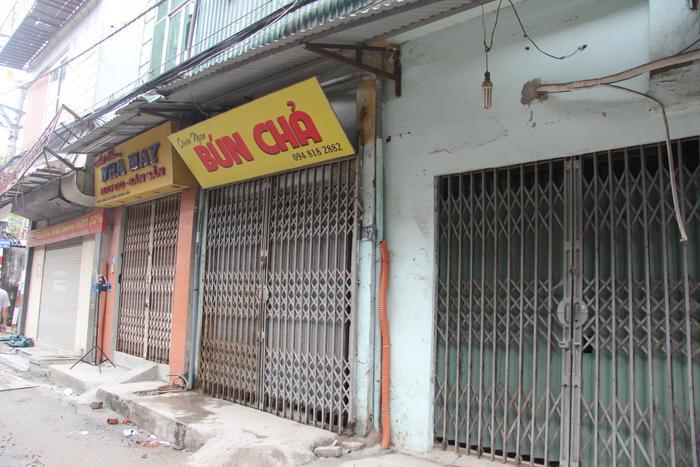 Hàng quán quanh khu vực hoả hoạn đóng kín cửa.