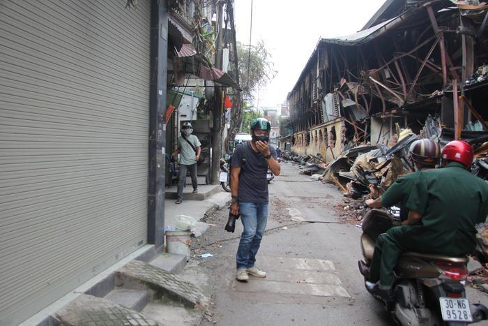 Nhiều người đi qua hiện trường vụ cháy thấy khó thở.