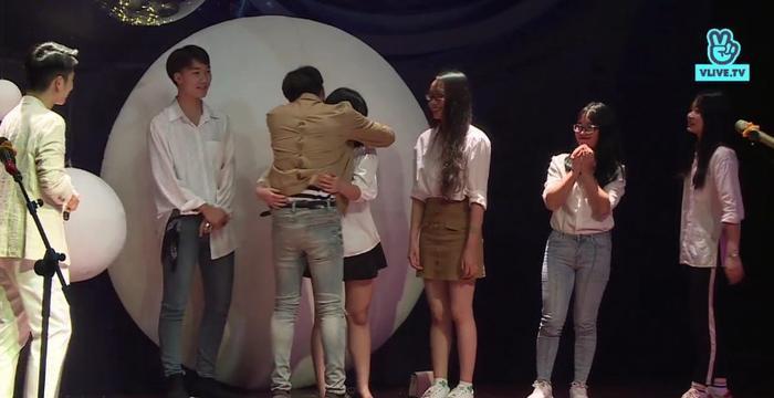 Những cái ôm thật chặt và tình cảm của Soobin dành cho fan.