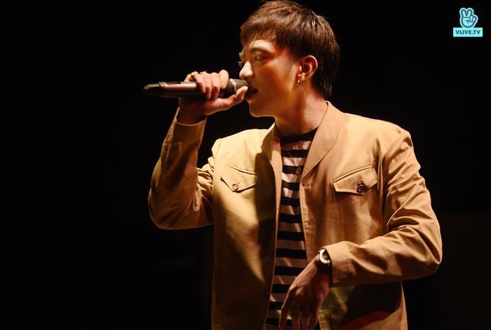 Nam ca sĩ mở màn chương trình với ca khúc: Đã đến lúc.