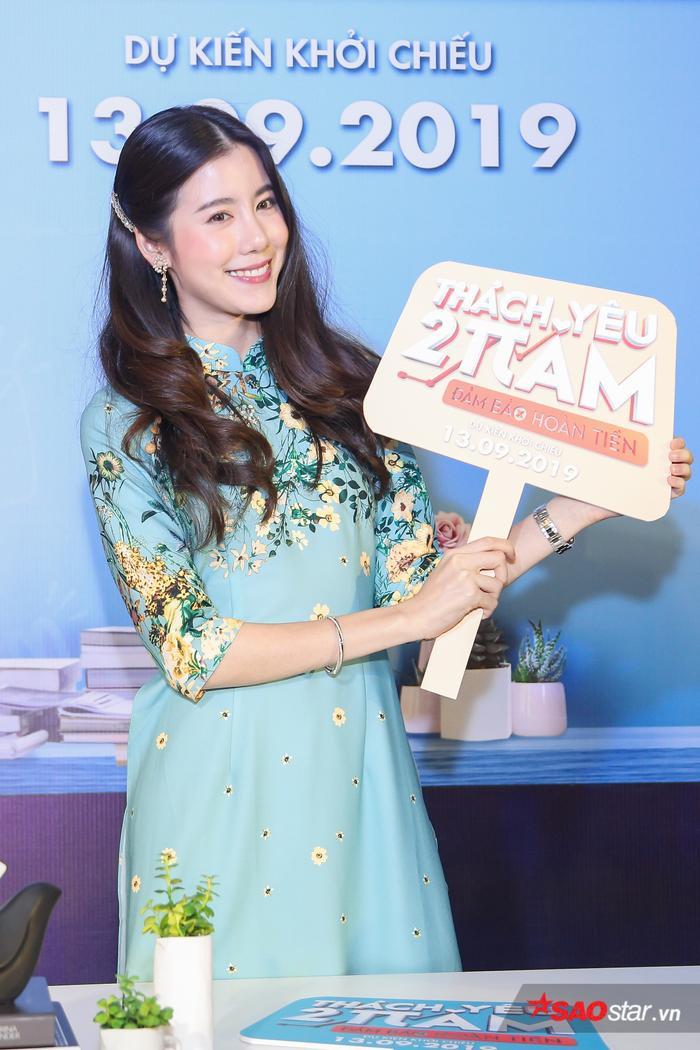 Esther Supreeleela diện áo dài cực đẹp, đội thêm nón lá khi giao lưu với fan Việt Nam ảnh 1